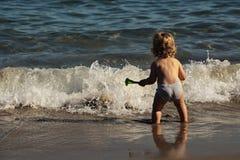 Kleiner Junge im Meerwasser Lizenzfreie Stockfotografie