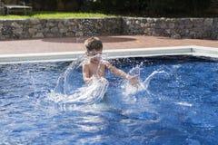 Kleiner Junge im Pool stockbilder