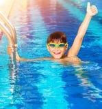 Kleiner Junge im Pool Stockfotos