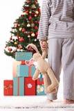 Kleiner Junge im Pyjama auf Weihnachtsmorgen stockfotografie
