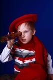Kleiner Junge im roten Schal und im Barett mit einem Spyglass Lizenzfreies Stockfoto