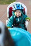 Kleiner Junge im Sitzfahrrad hinter Mutter Lizenzfreies Stockfoto