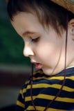 Kleiner Junge im Strohhut Lizenzfreie Stockbilder