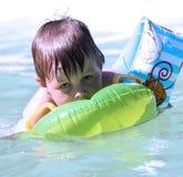 Kleiner Junge im Swimmingpool Stockfoto