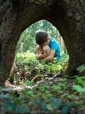 Kleiner Junge im Wald verloren lizenzfreie stockbilder