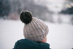 Kleiner Junge im Winter stockfotografie