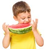 Kleiner Junge isst Wassermelone Lizenzfreies Stockbild