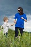 Kleiner Junge ist daryl schwangere Mutterfeldblumen Lizenzfreies Stockfoto