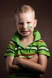 Kleiner Junge ist ein Fan von Irland, Stockbild