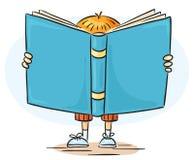 Kleiner Junge ist ein Lesegroßes Buch Lizenzfreie Stockbilder