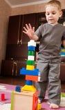 Kleiner Junge ist Gebäudekontrollturm Stockbild