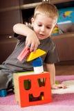 Kleiner Junge ist Gebäudekontrollturm Stockfotografie