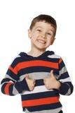 Kleiner Junge ist glücklich zeigend und Daumen Stockbilder