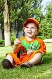 Kleiner Junge ist am Sommer auf einem Rasen Lizenzfreie Stockfotos