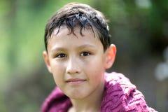 Kleiner Junge 10 Jahre alt gegen Farben des grünen Grases Lizenzfreie Stockfotografie