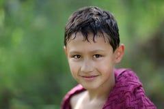 Kleiner Junge 10 Jahre alt gegen Farben des grünen Grases Lizenzfreies Stockbild