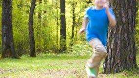 Kleiner Junge lässt Park laufen stock video footage