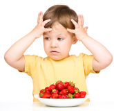 Kleiner Junge lehnt ab, Erdbeeren zu essen Lizenzfreies Stockfoto