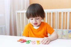 Kleiner Junge lernt zu zählen Pädagogisches Spiel Stockbilder