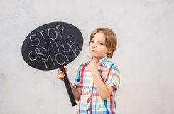 Kleiner Junge lokalisiert auf weißem Studioporträt Stockbilder