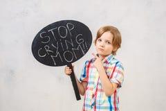 Kleiner Junge lokalisiert auf weißem Studioporträt Stockfoto