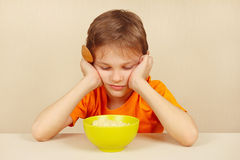 Kleiner Junge möchte nicht Getreide essen Lizenzfreie Stockfotografie