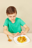 Kleiner Junge möchte nicht Pommes-Frites essen Stockfotos