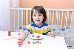 Kleiner Junge machte Lutscher vom playdough und von den Zahnstochern Lizenzfreies Stockbild