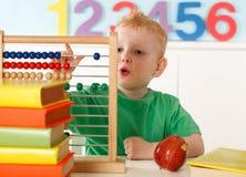 Kleiner Junge mit Abakus Stockbilder