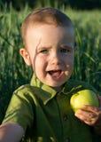 Kleiner Junge mit Apfel Lizenzfreie Stockfotos