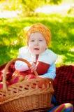 Kleiner Junge mit Apfel im Herbst Stockfotos