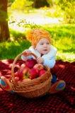 Kleiner Junge mit Apfel im Herbst Lizenzfreie Stockfotografie