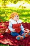 Kleiner Junge mit Apfel im Herbst Stockbild