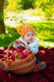 Kleiner Junge mit Apfel im Herbst Lizenzfreie Stockbilder