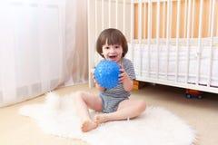 Kleiner Junge mit Ball zuhause Lizenzfreie Stockbilder