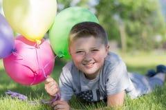 Kleiner Junge mit Ballonen, stockfotografie
