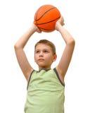 Kleiner Junge mit Basketball lokalisiert Lizenzfreie Stockfotos