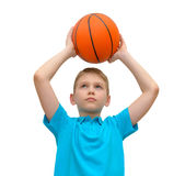 Kleiner Junge mit Basketball lokalisiert Lizenzfreies Stockfoto