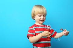 Kleiner Junge mit Blasen lizenzfreie stockbilder