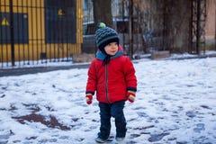 Kleiner Junge mit blauen Augen auf einem Winterweg stockfotos