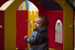 Kleiner Junge mit blauen Augen auf einem Winterweg Stockbilder