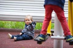 Kleiner Junge mit blauen Augen auf einem Winterweg Stockbild
