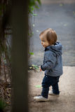 Kleiner Junge mit blauen Augen auf einem Winterweg stockfoto