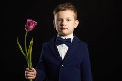 Kleiner Junge mit Blume Stilvolles Kind Stockfotos