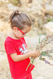 Kleiner Junge mit Blumen Lizenzfreie Stockfotos