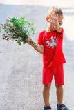 Kleiner Junge mit Blumen Lizenzfreie Stockfotografie