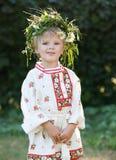 Kleiner Junge mit Blumenkranz Lizenzfreies Stockbild