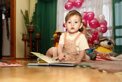 Kleiner Junge mit Buch und Bleistift Lizenzfreie Stockfotos