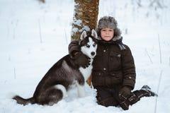 Kleiner Junge mit dem Hund stockbild
