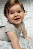 Kleiner Junge mit dem langen Haar und großem Lächeln. Lizenzfreie Stockfotografie